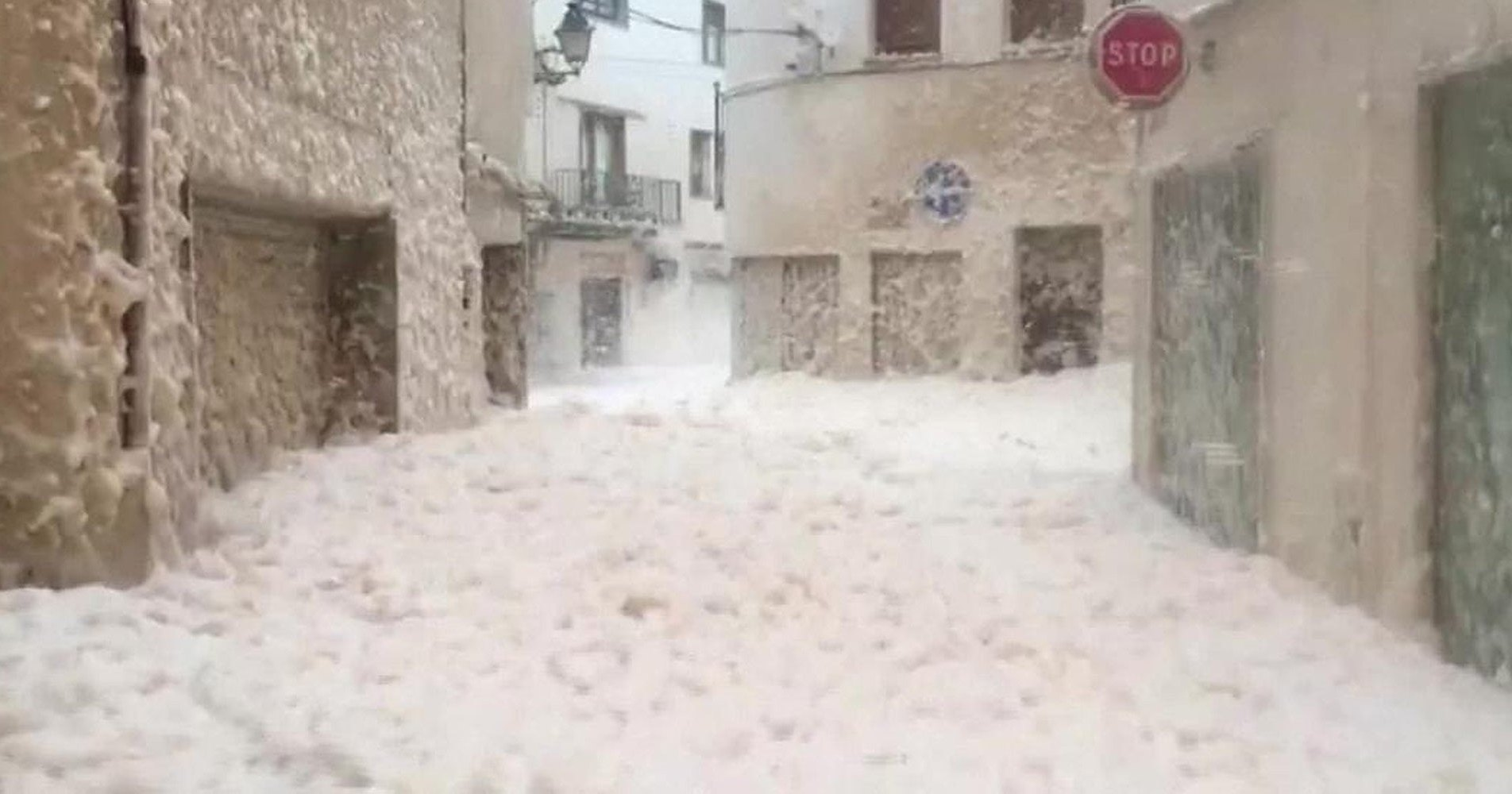 Испанский город утопает в морской пене