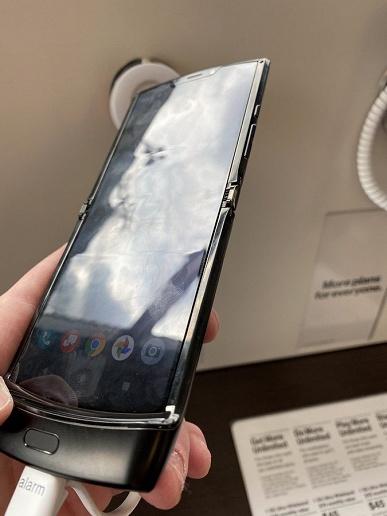 Экран превратился в ошмётки. Ужасающие фото раскладушки Motorola Razr