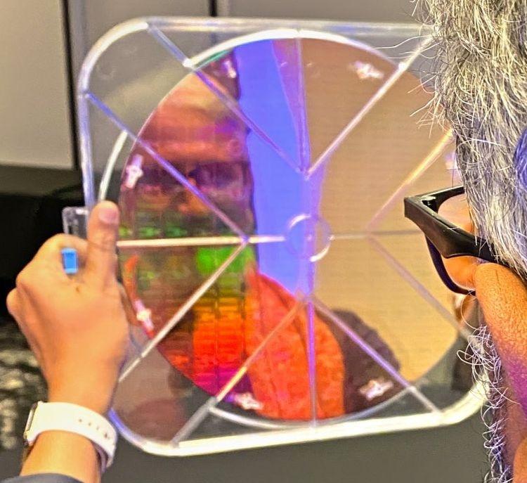 Раджа Кодури продемонстрировал кремниевую пластину с кристаллами нового серверного продукта Intel