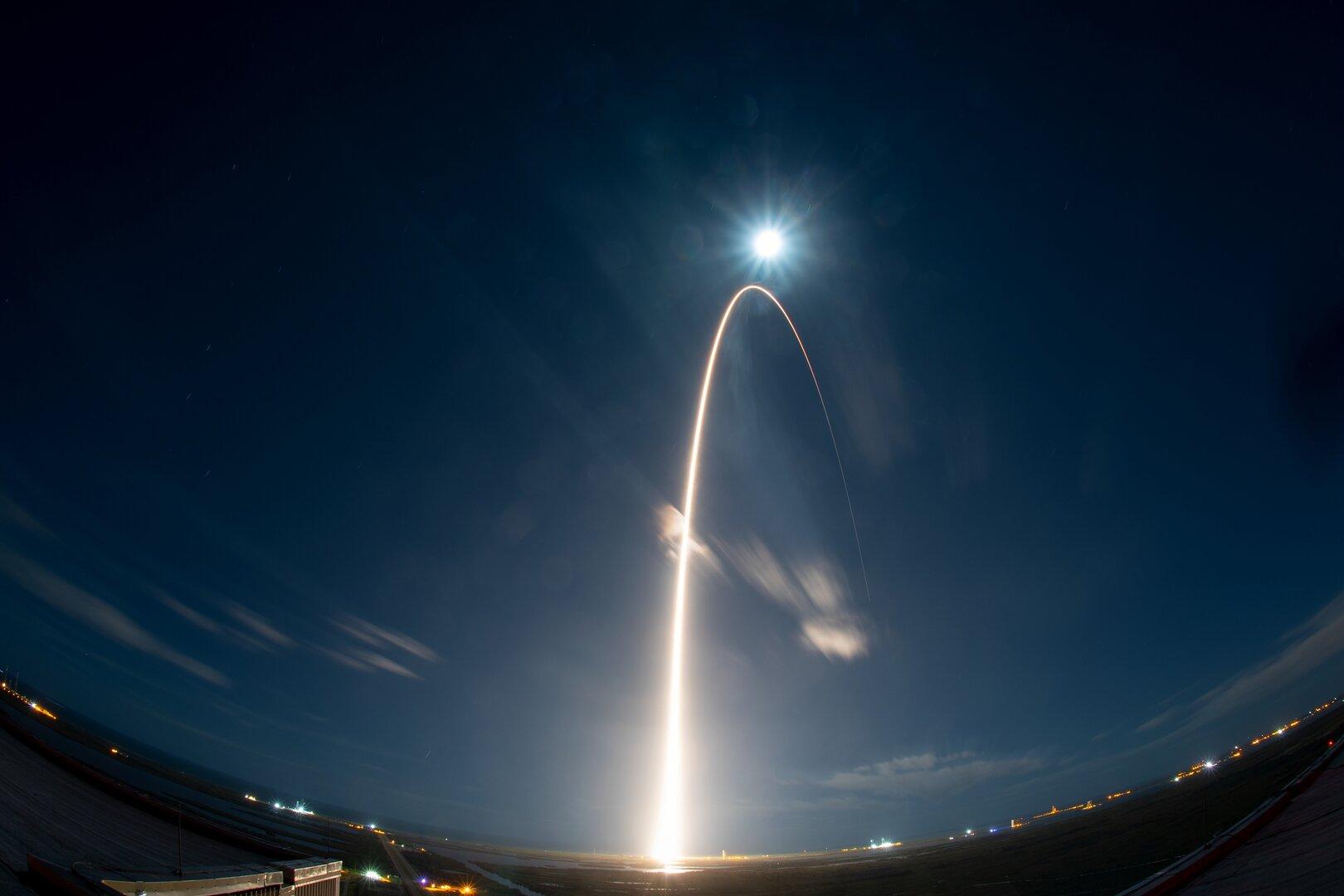Зонд Solar Orbiter отправился к Солнцу, чтобы впервые сфотографировать солнечные полюса - 1