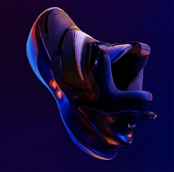 Новые кроссовки Nike сами шнуруются и управляются со смартфона