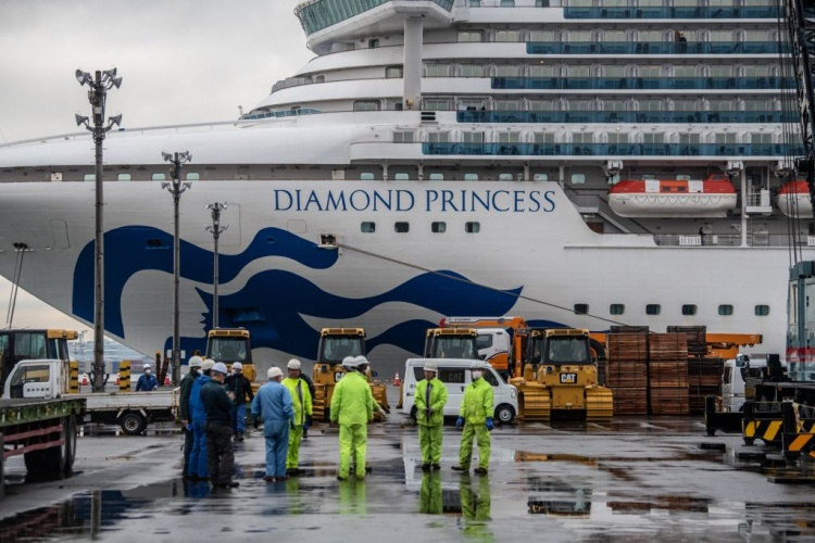 Пассажирам и экипажу круизного лайнера Diamond Princess выдали 2000 iPhone для связи с врачами