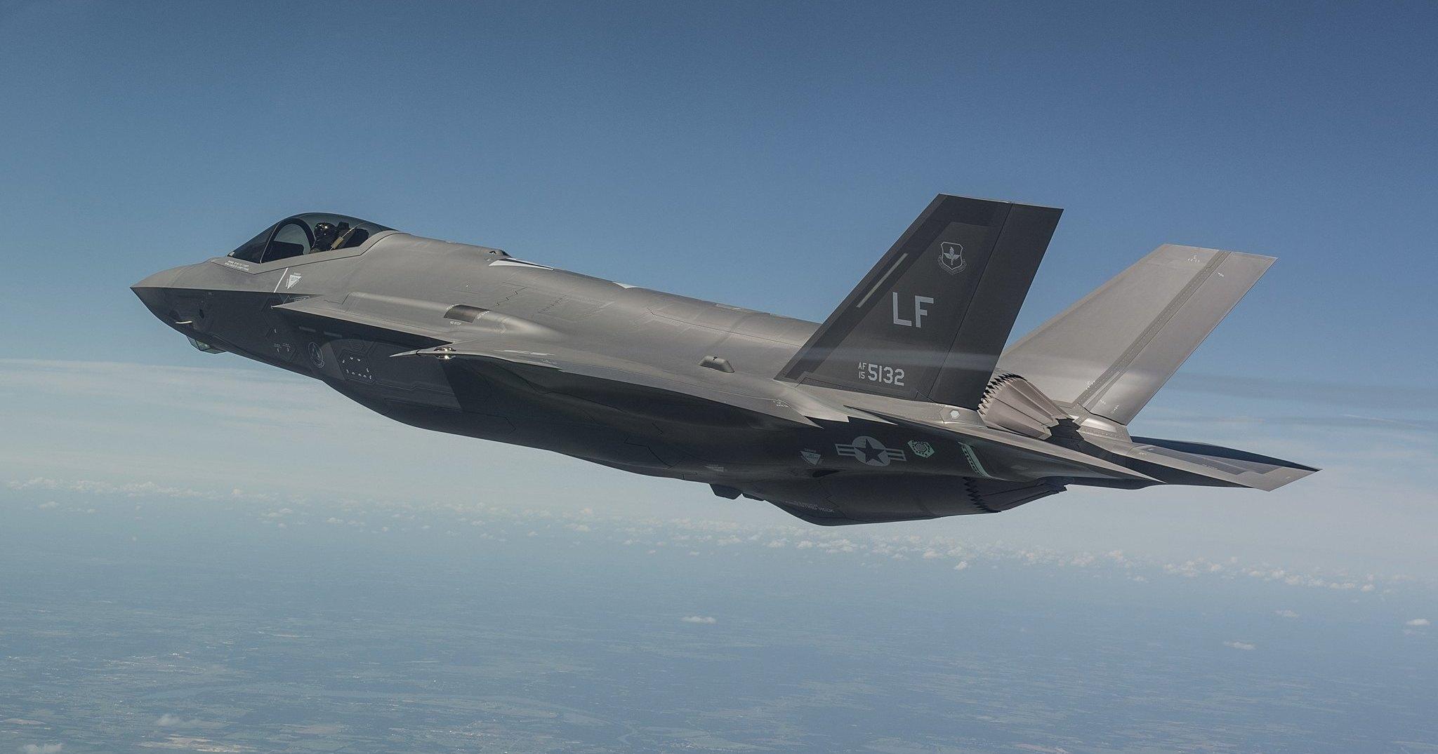 Зависший в воздухе F-35 показали на видео