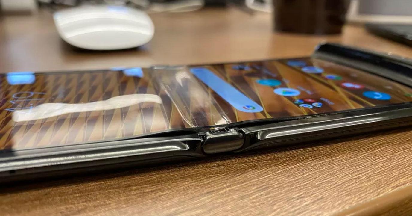 Экран Motorola Razr расслоился на месте сгиба за неделю