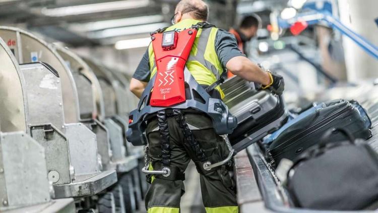 Грузчики аэропорта Штутгарта получили экзоскелеты с электроприводом
