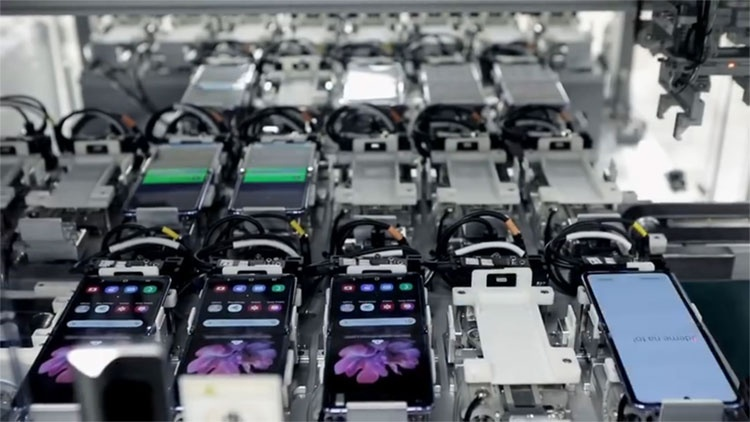 Видео: автоматическая сборка и тестирование смартфонов Galaxy Z Flip