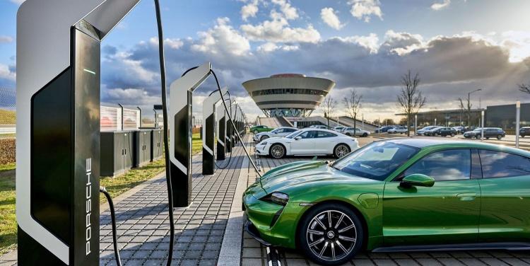 Porsche запустила сверхмощный парк зарядки в Лейпциге, услуга пока бесплатная