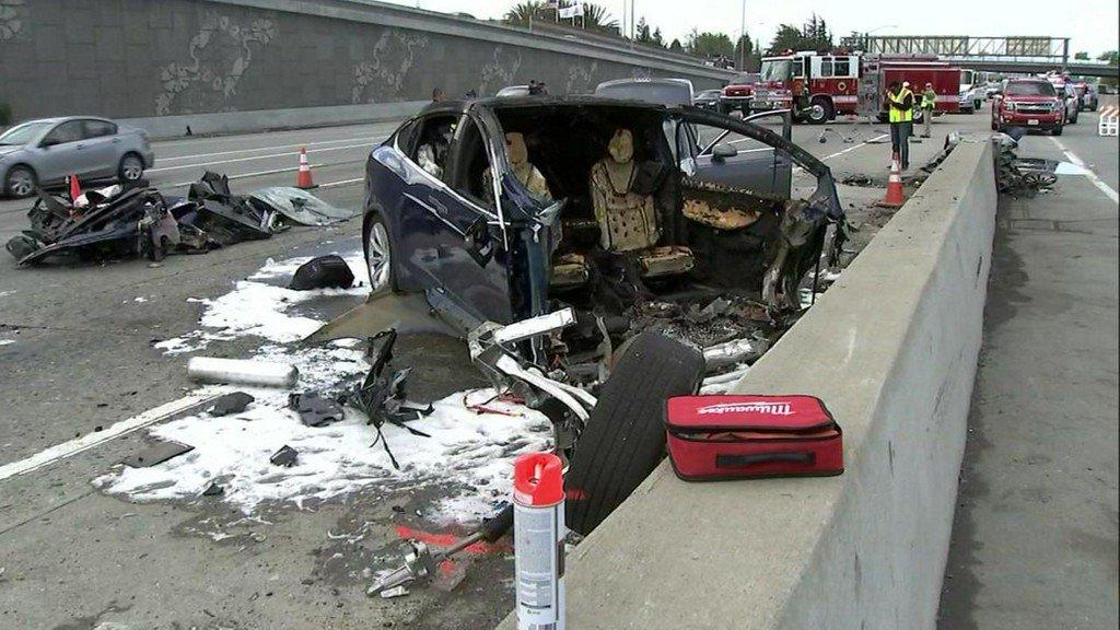 Смертельная авария Tesla Model X произошла из-за ошибки автопилота и невнимательности водителя - 1