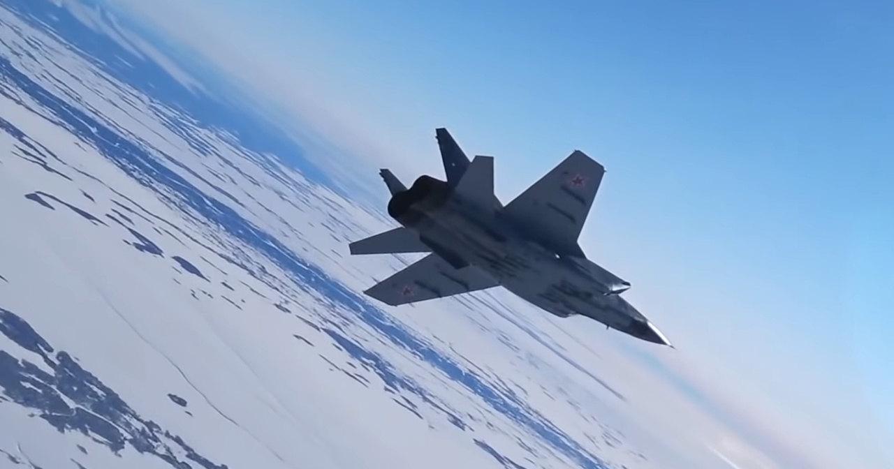 Миг-31 отработал перехват нарушителя границы: видео