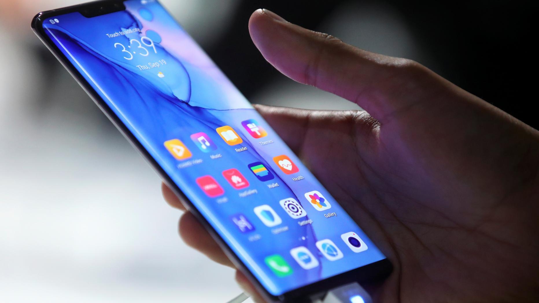 Huawei прогнозирует падение продаж смартфонов на фоне санкций США - 1