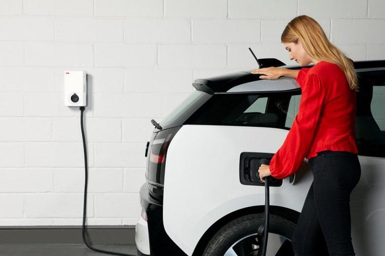 ABB Terra AC — настенная зарядная станция для электромобилей, рассчитанная на монтаж внутри помещений