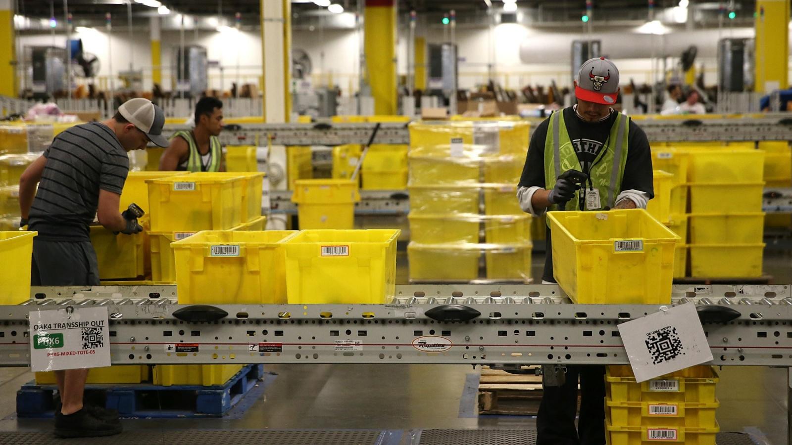Рабочие на складах Amazon бьют тревогу из-за распространения коронавируса - 1