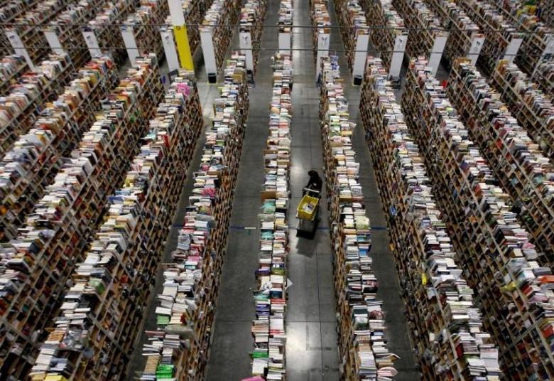 Amazon платит вдвойне работникам складов за сверхурочную работу