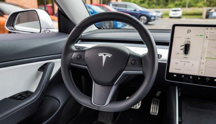 Илон Маск раскрыл предназначение камеры над зеркалом заднего вида в Tesla Model 3 - 3