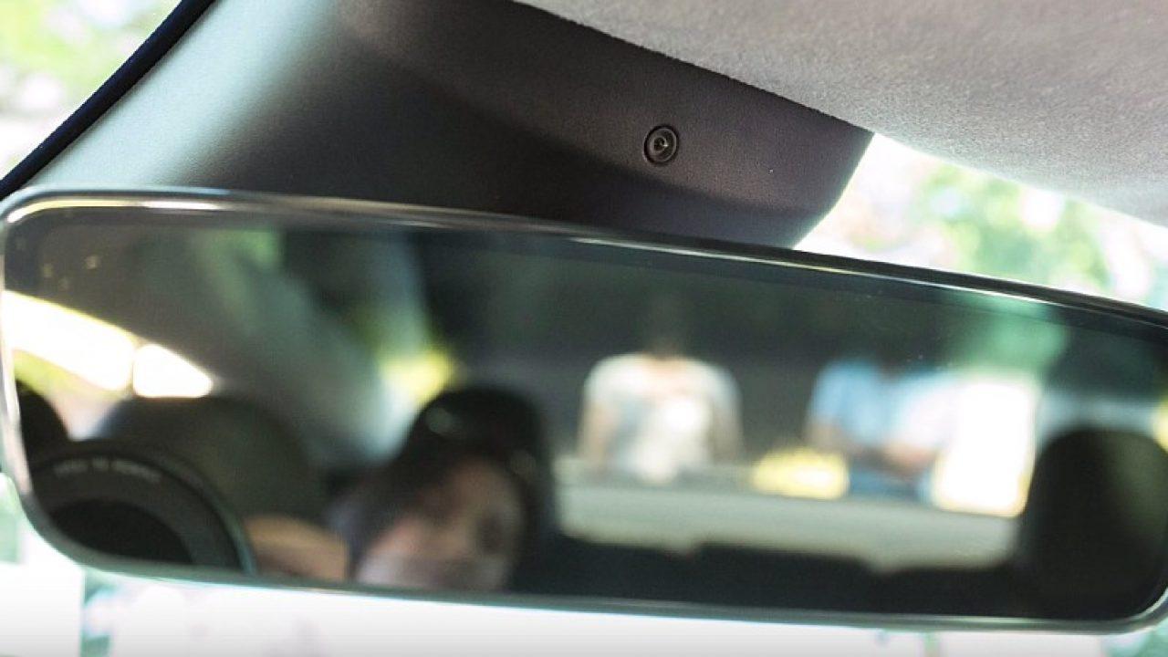 Илон Маск раскрыл предназначение камеры над зеркалом заднего вида в Tesla Model 3 - 1