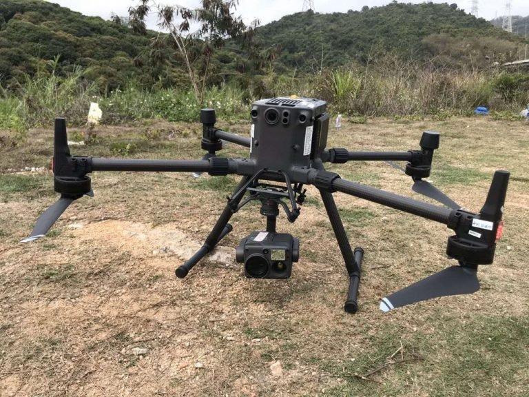 50 минут полета, камера FPV и передача сигнала на расстоянии 10 км. Это дрон DJI Matrice 300
