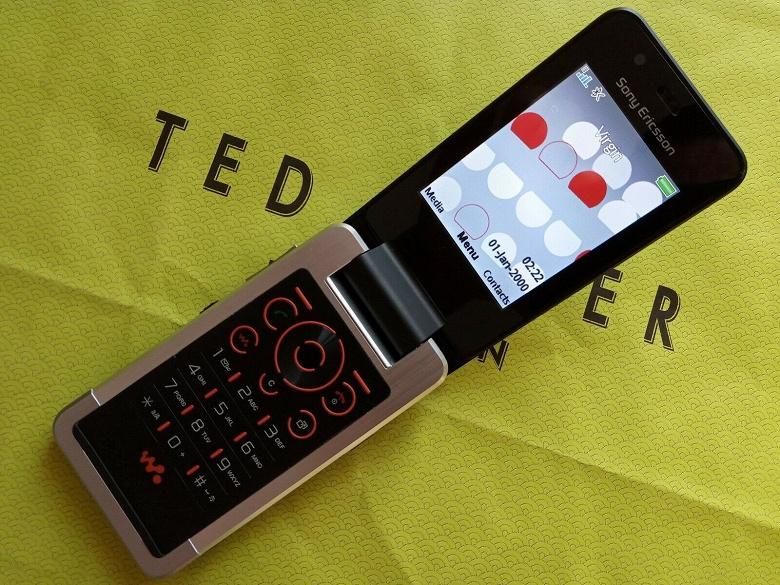 Прототип отменённого мобильного телефона Sony Ericsson W707 с тремя экранами всплыл на eBay