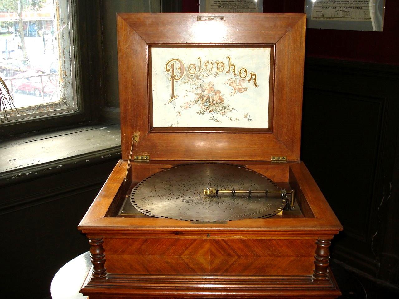 Как развивалось домашнее аудио — от песенных вечеров до первых механических проигрывателей - 2