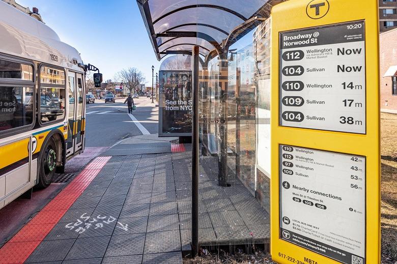 На остановках в Бостоне установлены экраны E Ink