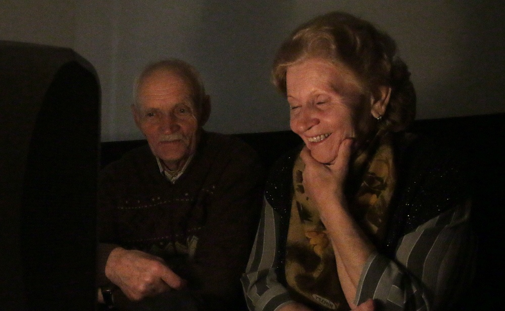 Папа и мама смотрят про котиков и внучку