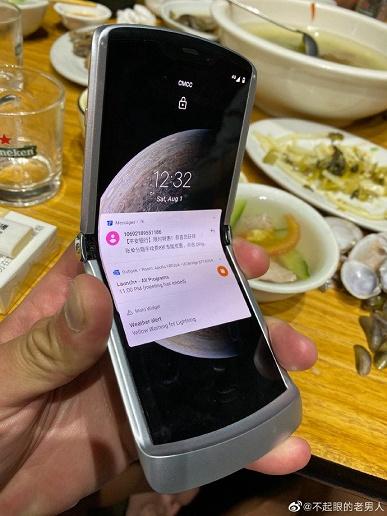 Motorola Razr 2 не будет так похож на культового предшественника. Появились первые фото аппарата