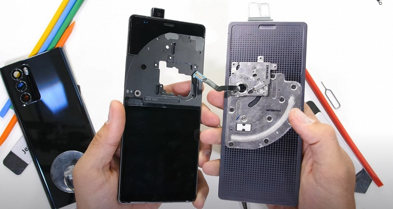 Самый «механический» смартфон на рынке. Разборка LG Wing показала, как устроен аппарат