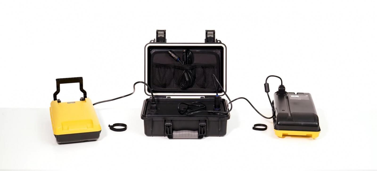 Пара батарей и зарядное устройство (выход: 35-58,6 В постоянного тока, 7,2 А Макс.)