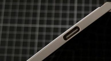Microsoft, это провал. Смартфон Surface Duo трескается из-за очень тонкого пластика возле порта USB-C