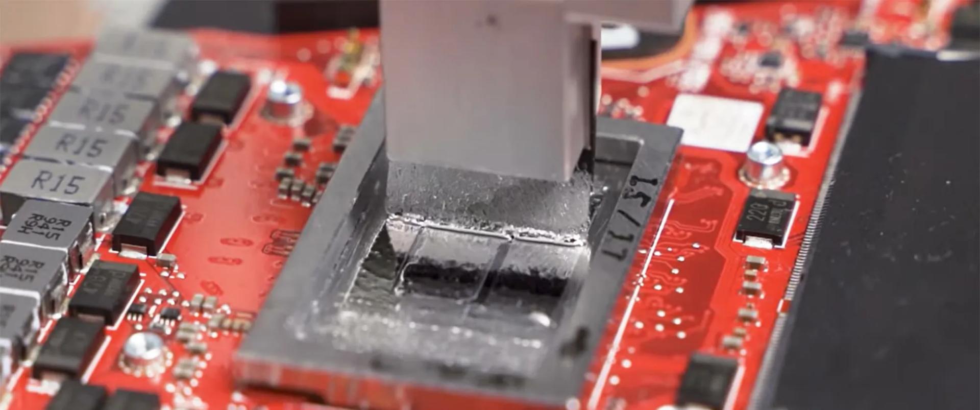 Жидкий металл наносится специальным станком при помощи силиконовой кисти.