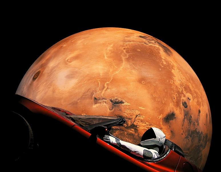 Первый космический автомобиль — Tesla Roadster с манекеном Starman — максимально сблизился с Марсом