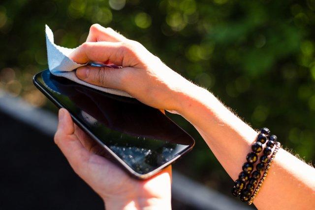 Австралийские ученые обнаружили, что при определенных условиях коронавирус может оставаться активным на экране смартфона 28 дней