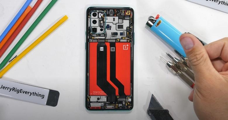 Над только что представленным OnePlus 8T уже успели поиздеваться. Новинка прошла тесты блогера JerryRigEverything