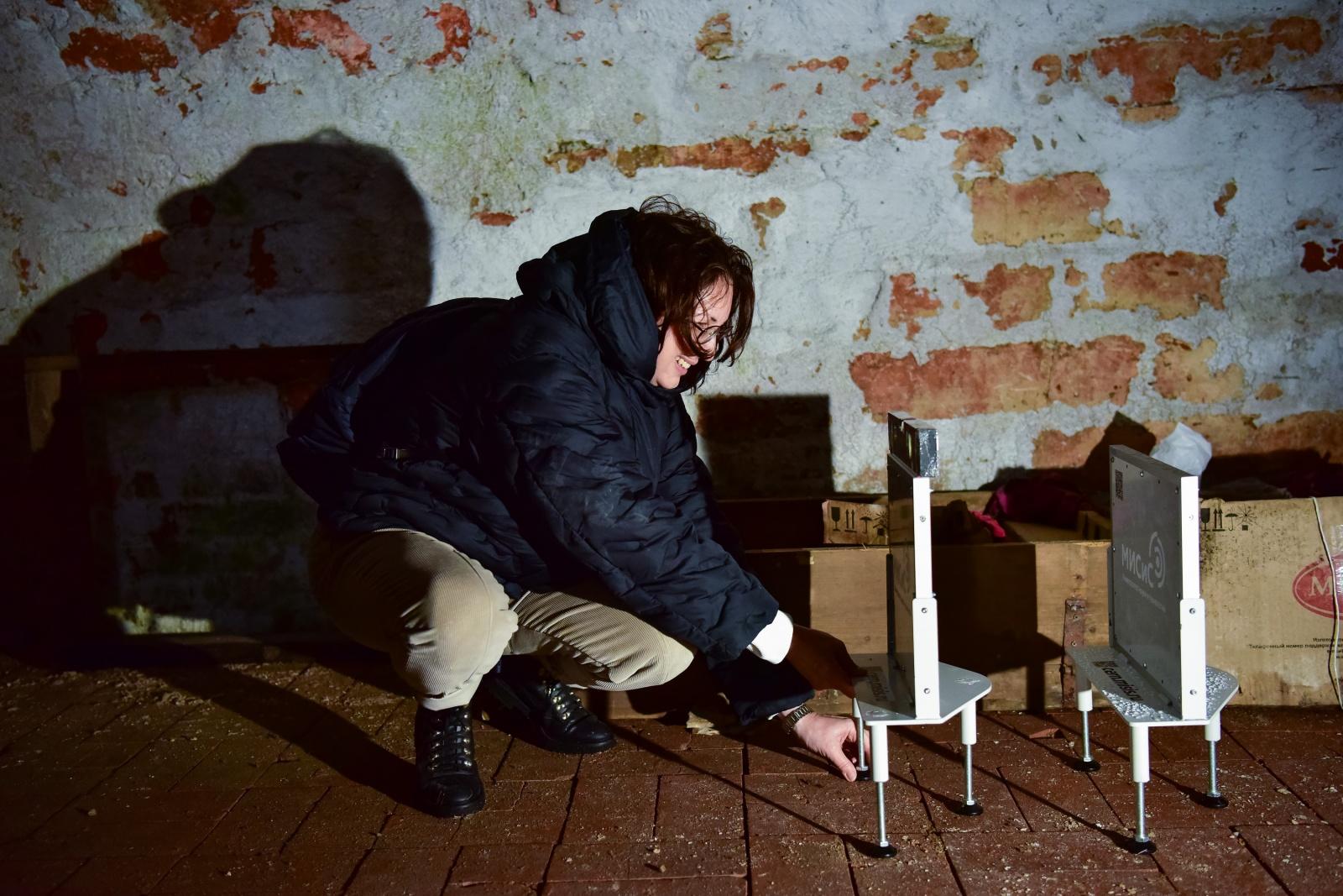 Процесс установки детекторов в подвале храма