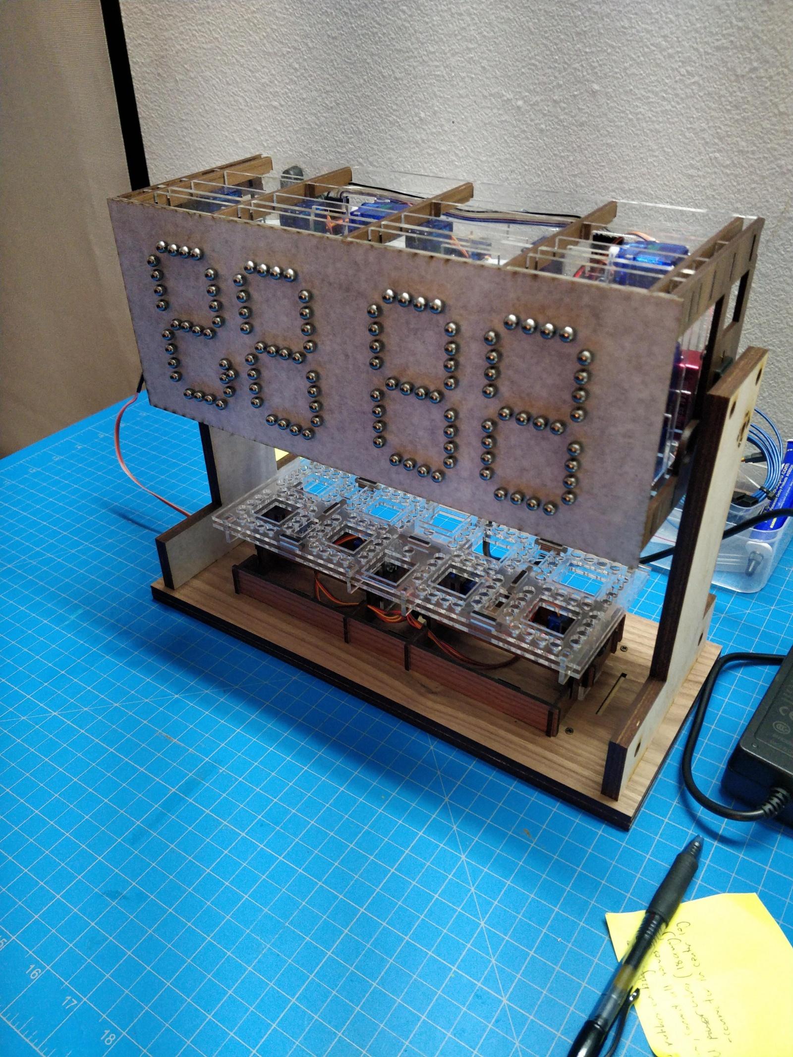 Механико-цифровые часы из стальных шариков - 5
