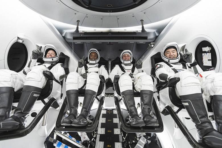 Состоялся первый эксплуатационный полет корабля SpaceX Crew Dragon. Ракета Маска с четырьмя астронавтами вылетела к МКС