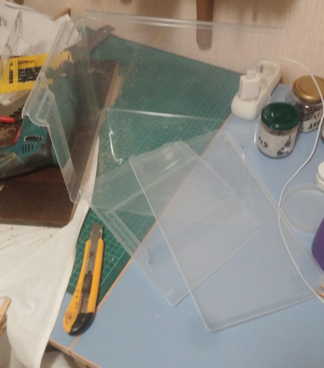 Нарезаем пластиковый бокс на куски