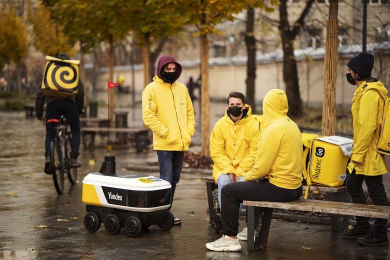 В России запустили беспилотную доставку еды роботом