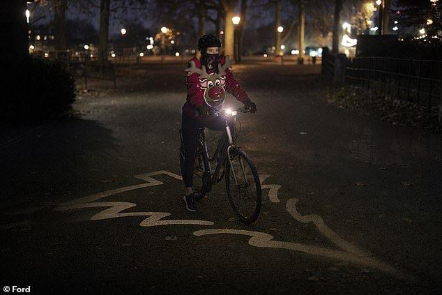 Ford создала полезный рождественский свитер с оленем для велосипедистов