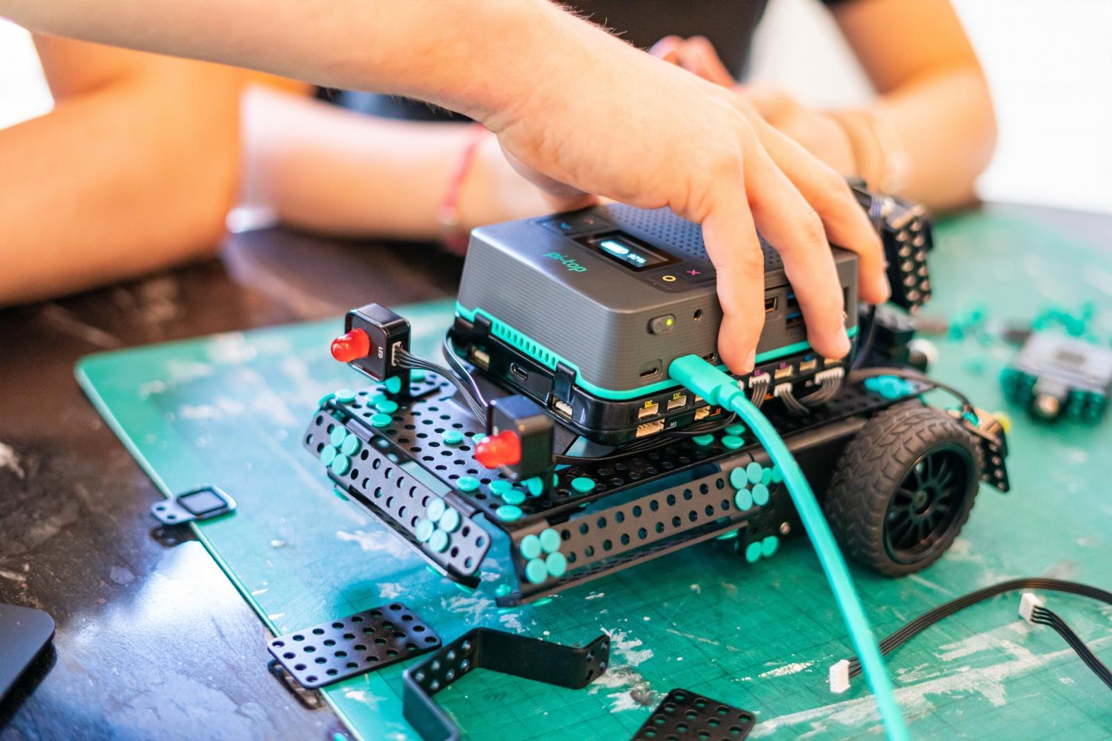 pi-top [4] — конструктор роботов для детей и взрослых на основе Raspberry Pi - 3