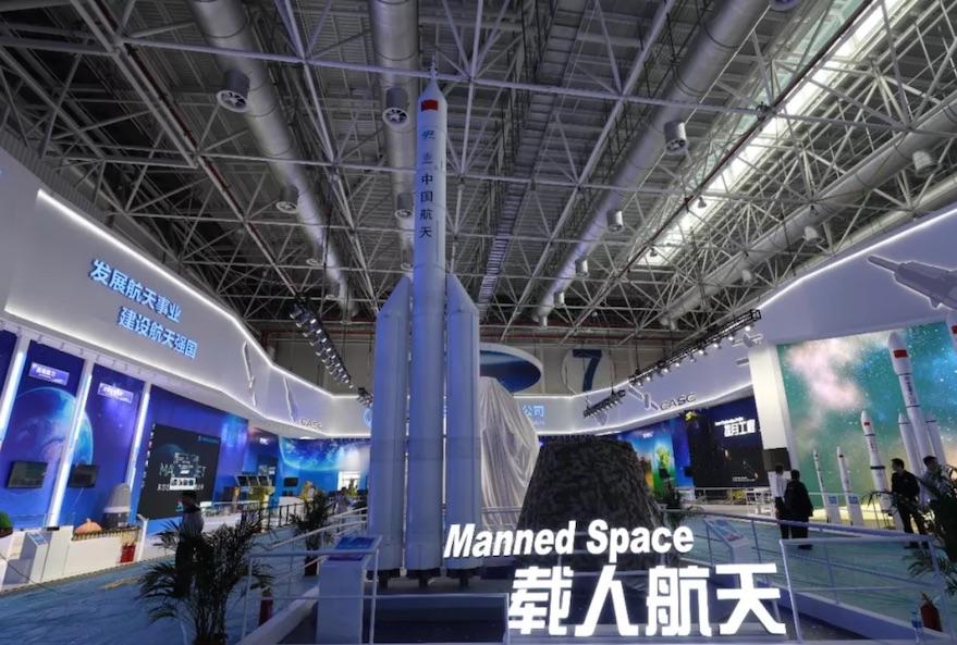 Макет альтернативной китайской промежуточной сверхтяжелой ракеты с тремя корпусами