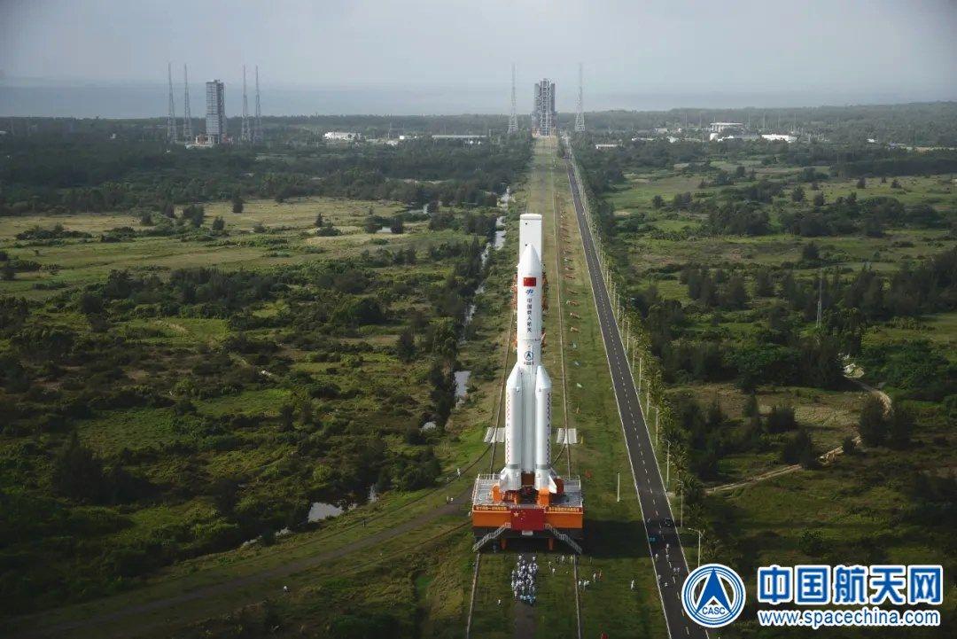 Фотография транспортировки ракеты CZ-5B к стартовому столу космодрома Вэньчан в мае 2020 года