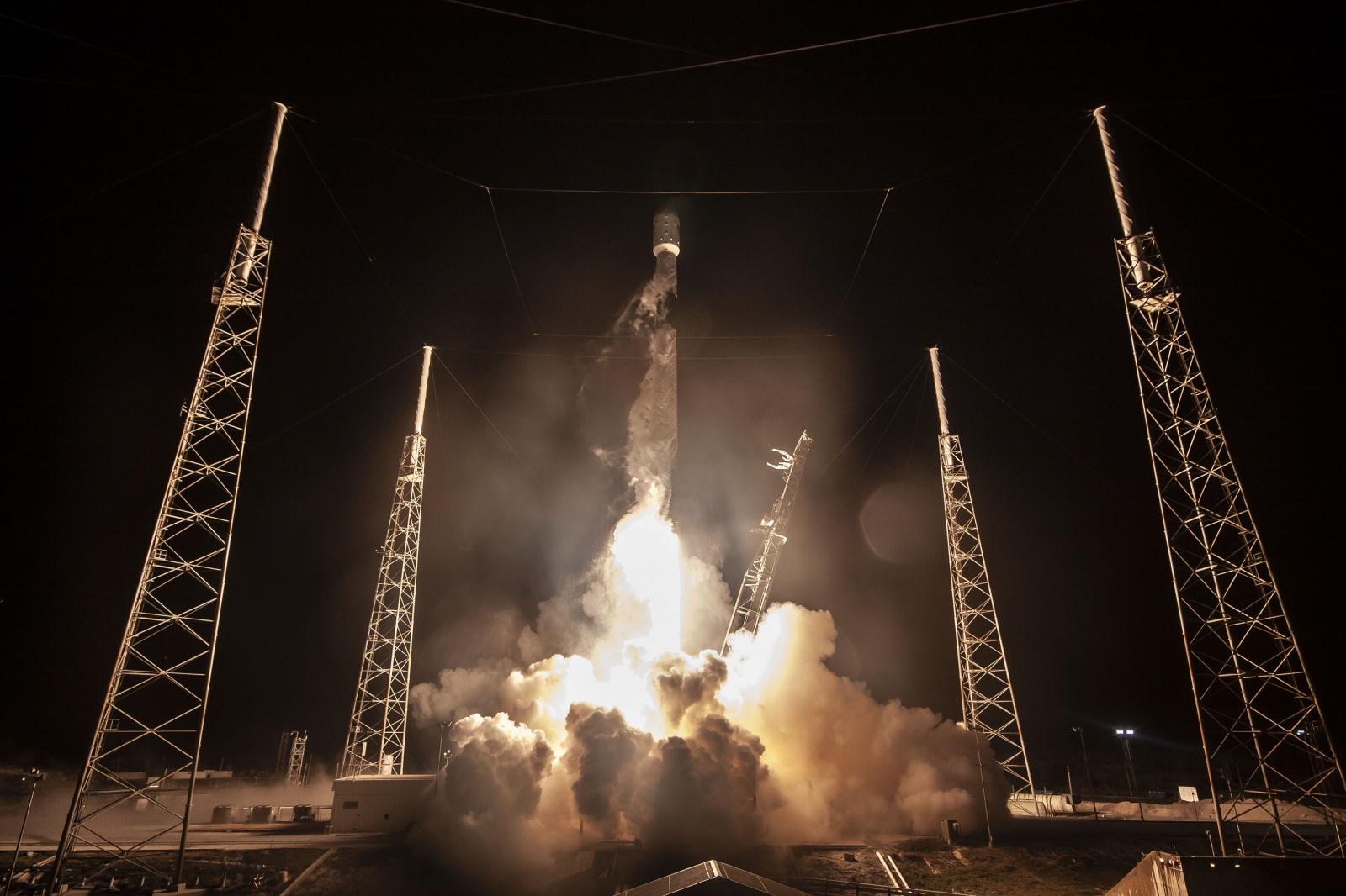 SpaceX удалось запустить ракету с рекордным числом спутников - 1