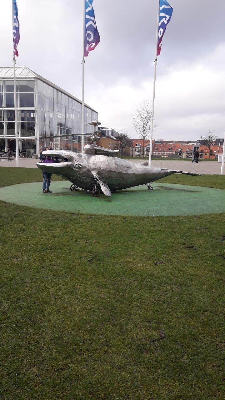 """Арт-объект в Орхусе, известный также как """"Кит-вертолёт""""."""