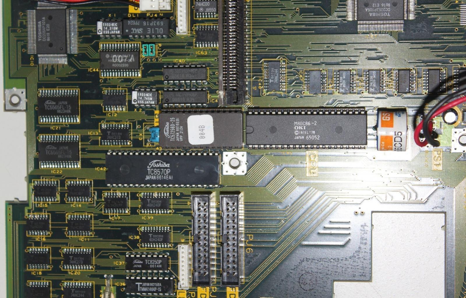 M80C86-2 в Тошибе. Справа виден аккумулятор часов реального времени.