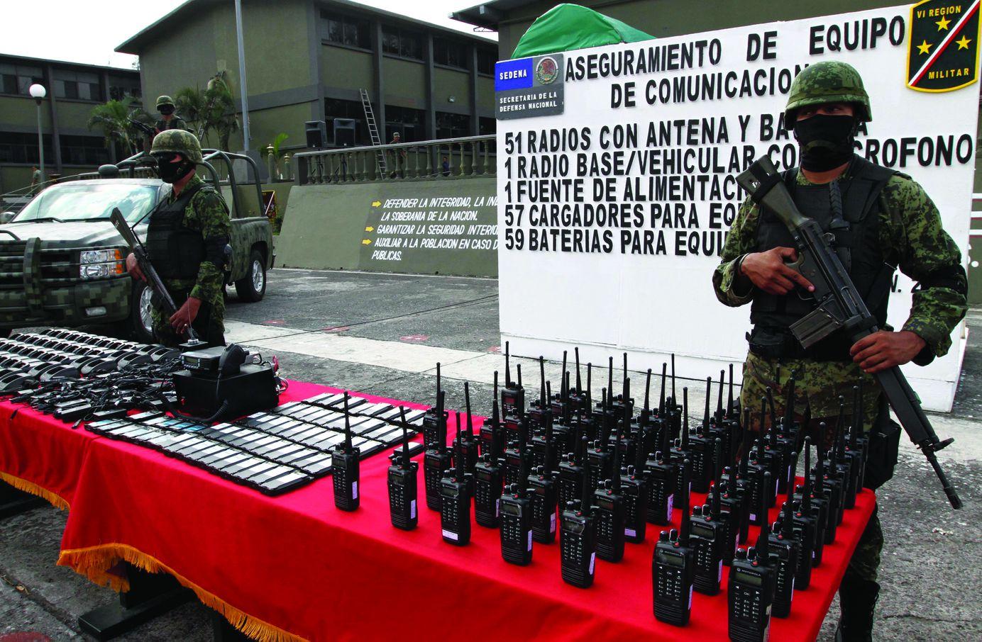 Мексиканские военные демонстрируют трофеи
