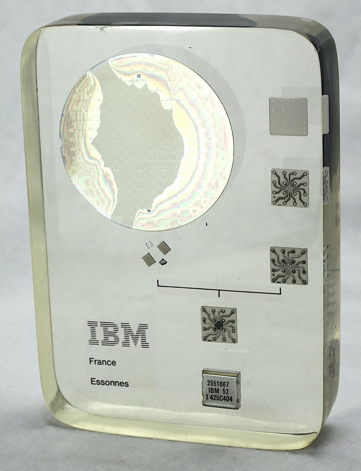 Разбираем пресс-папье от IBM: реверс-инжиниринг чипов памяти из 1970-х - 1