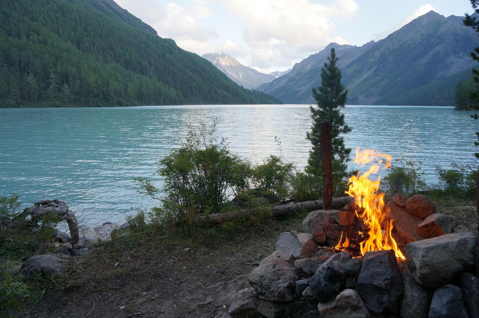 Вечерний костер на берегу Кучерлинского озера на Алтае