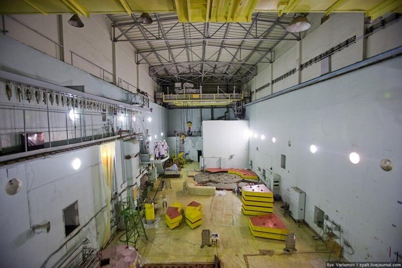 Частично открытый АМ-1 и реакторный зал. Фото Варламова из 2009 года