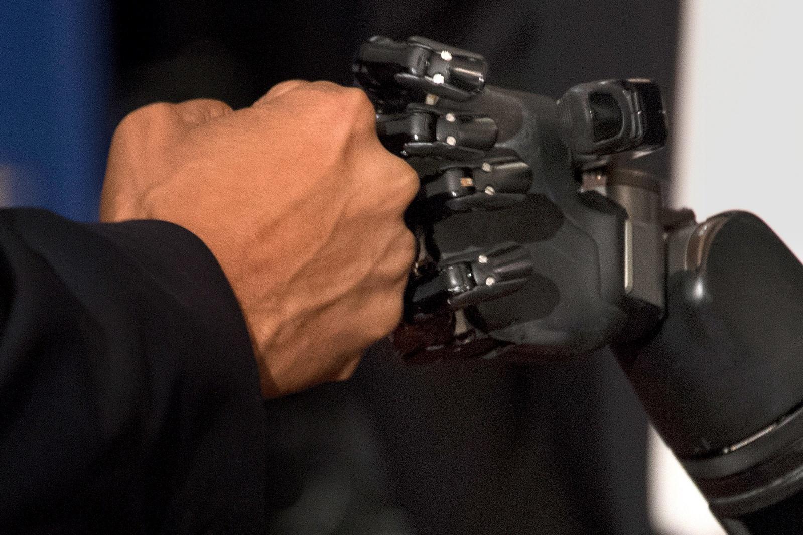 Эта роботизированная рука, управляемая мыслью, может поворачиваться, брать предметы и даже ощущать их - 1