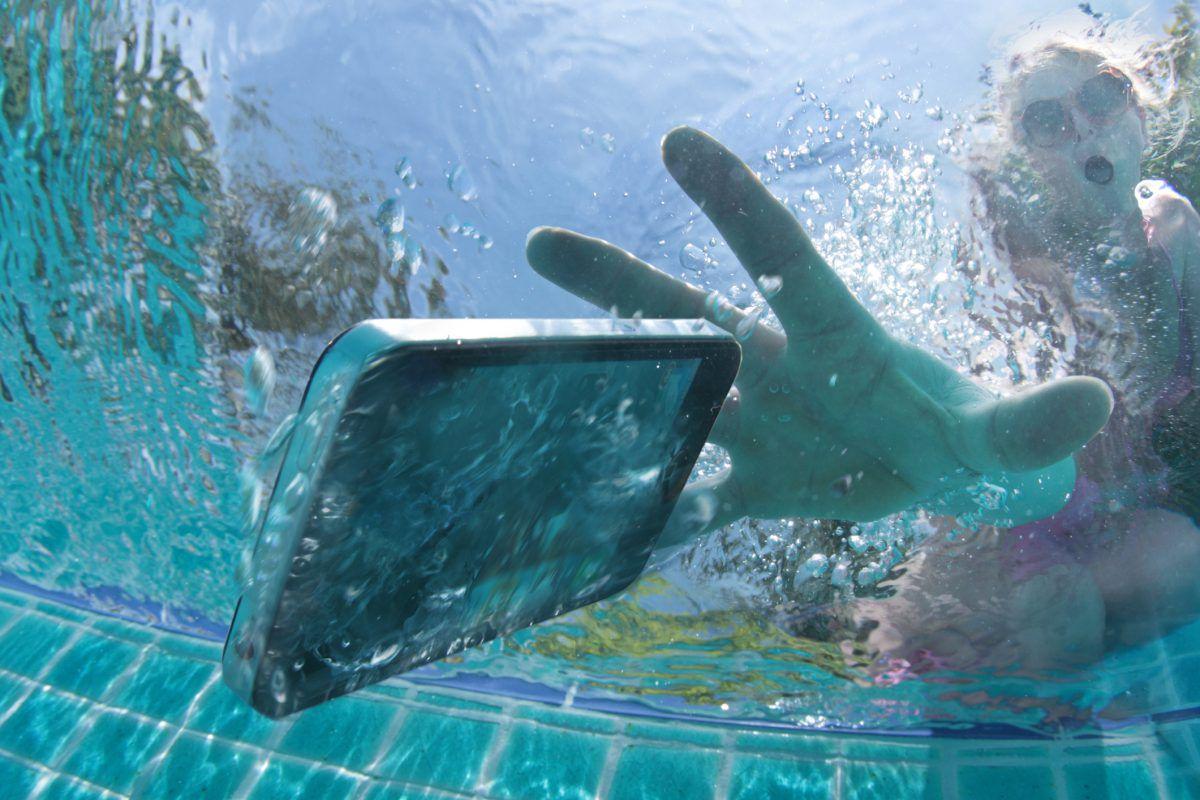 Почему убивают смартфоны в ванне? - 1